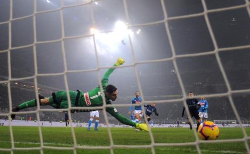 Imagen del encuentro disputado este miércoles en el estadio Giuseppe Meazza de Milán entre el Inter y el Nápoles, marcados los incidentes previos entre aficiones.