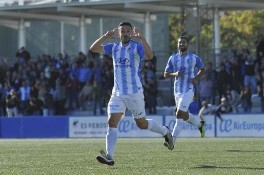 Hugo Díaz,celebra un gol con el Atlético Baleares esta temporada.
