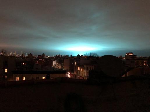 Durante más de un minuto el cielo se iluminó con diferentes tonalidades de azul mientras se escuchaba un zumbido.