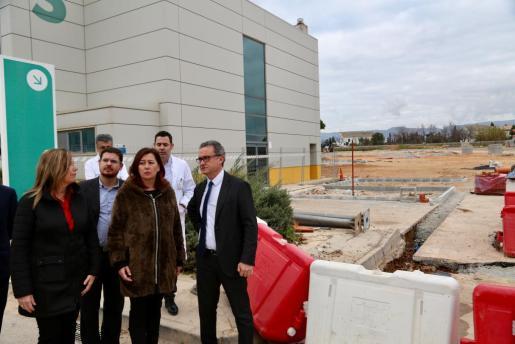 La presidenta del Govern ha visitado las obras del nuevo aparcamiento junto con otras autoridades y los responsables de Son Espases.