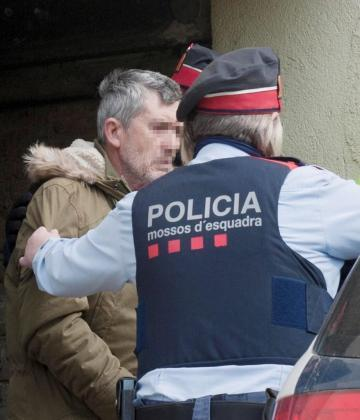 Jordi M.G. acompañad por agentes Mossos d'Esquadra.