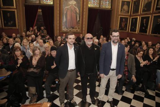 Biel Mesquida, entre Llorenç Carrió y Antoni Noguera, en la sala de plenos. Foto: J. MOREY