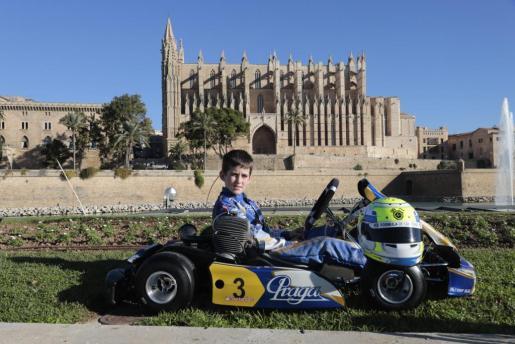 El joven piloto mallorquín de karting Lucas Fluxá posa ante la Seu de Palma.