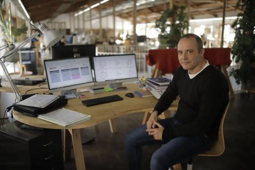 Mateu Cañellas posa en su espacio de trabajo en la Fàbrica Ramis de Inca.