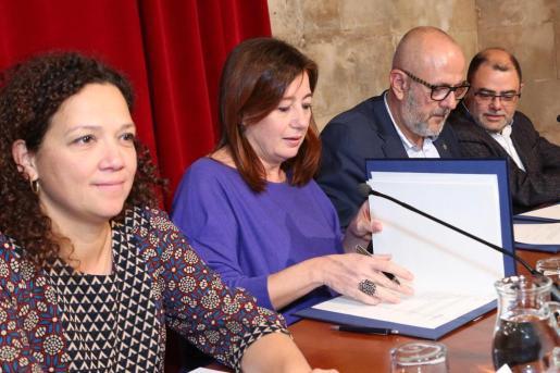 Catalina Cladera, Francina Armengol, Miguel Ensenyat y Cosme Bonet, durante la firma del acuerdo sobre el pago de la deuda del Govern al Consell.