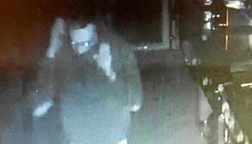 Imagen del ladrón en el interior del restaurante de Alcúdia donde ha entrado a robar una veintena de veces.