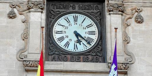El reloj del Ayuntamiento de Palma ya está a punto para dar las campanadas de fin de año.
