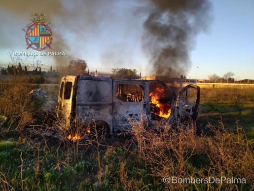 Los bomberos se han desplazado para sofocar las llamas, aunque el vehículo ha quedado totalmente calcinado.