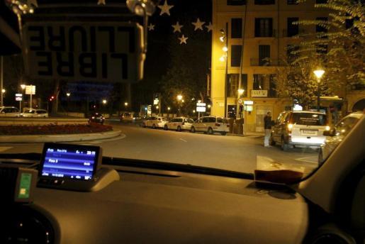 Imagen desde el interior de un taxi en la plaza de la Reina, en Palma.