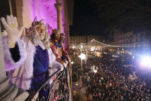 Los Reyes Magos saludando desde el balcón del Casal Solleric de Palma.