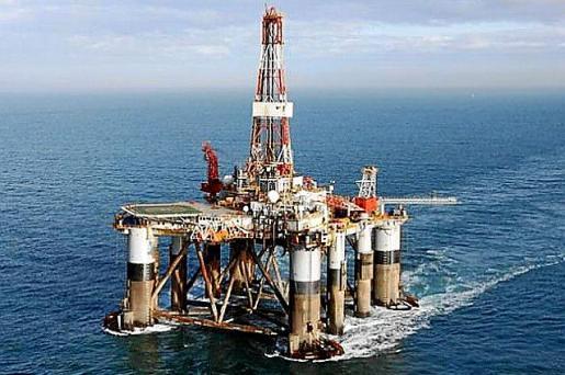 Plataforma petrolífera en el mar.