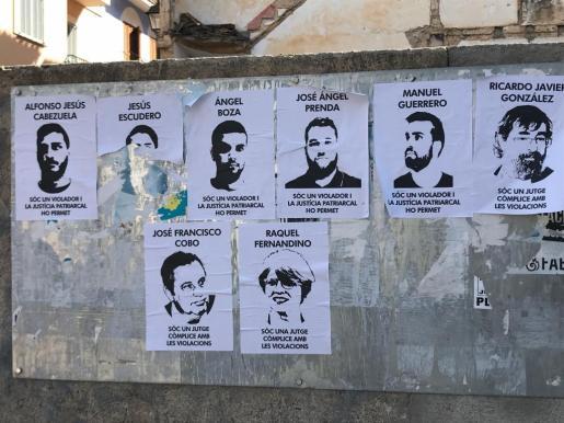 En la imagen de archivo, carteles críticos fijados en un muro en Manacor con los rostros de 'La Manada' y los jueces del caso.