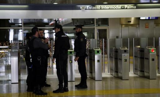 Agentes de la Policía Nacional y vigilantes de la estación, en una imagen de archivo.