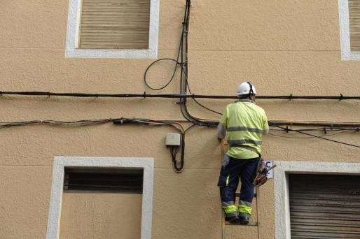 Un operario instalando fibra óptica.