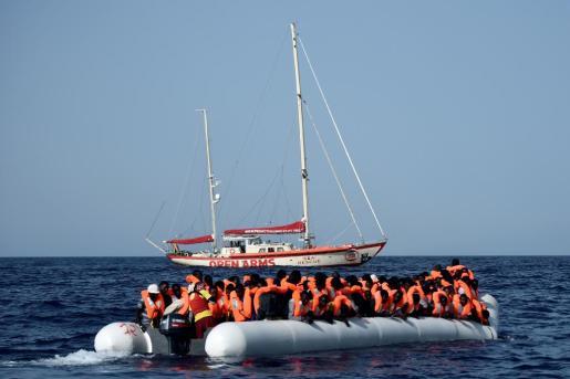 Refugees Welcome Baleares asegura que actualmente hay más familias dispuestas a alquilar una habitación a refugiados, así como personas refugiadas que están enviando solicitudes a para contactar con las familias interesadas. En la imagen el velero 'Astral' realizando su labor humanitaria en la mar.