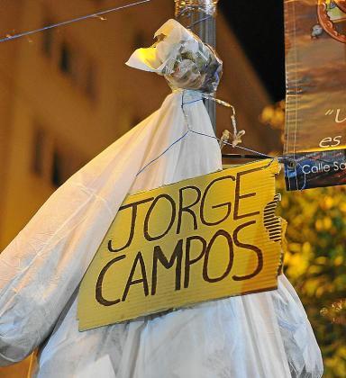 Imagen del muñeco con un cartel de Jorge Campos colgado de una farola.