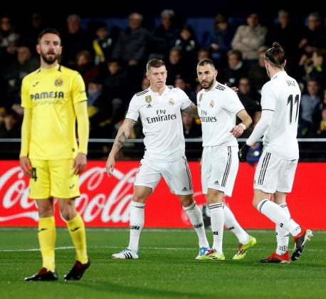 El delantero francés del Real Madrid Karim Benzema (2d) celebra su gol, primero del equipo ante el Villarreal, durante el partido aplazado de la jornada 17 de Liga en Primera División.