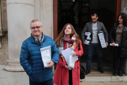Los dos periodistas del Diario de Mallorca y de Europa Press, frente a los juzgados.