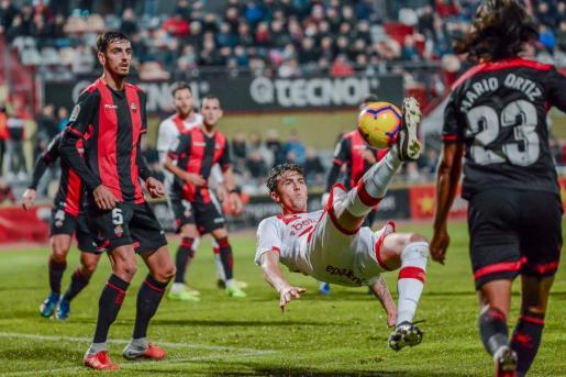 Raíllo remata de forma acrobática en el partido disputado por el Mallorca en Reus.