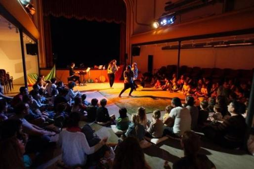 Arantxa Riera y Carol Domènech protagonizan esta propuesta teatral para bebés que cuenta con la música en directo de Toni Pastor.