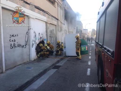 Efectivos de los Bomberos de Palma actuando en el incendio del antiguo cine Iris.