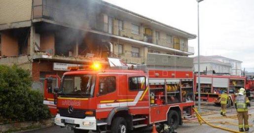 Los bomberos actuando en la nave incendiada en Alcalá la Real.