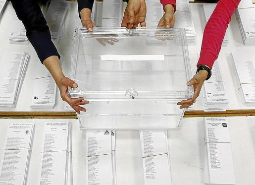 Una urna en un colegio electoral.
