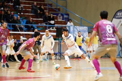 Un instante del encuentro disputado entre el O'Parrulo Ferrol y el Palma Futsal.