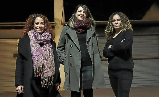 Aurora Jhardi, Montse Venturós y Aina Vidal, al inicio del acto en el Teatre del Mar.