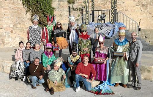 Artífices y protagonistas de 'L'Adoració' posaron ayer durante el ensayo general.
