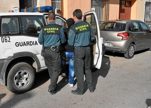 La Guardia Civil ha detenido, en la localidad alicantina de Callosa d'Ensarriá, a cuatro jóvenes como presuntos autores de un delito contra la intimidad, un delito de agresión sexual y dos delitos de abusos sexuales contra una mujer de 19 años.