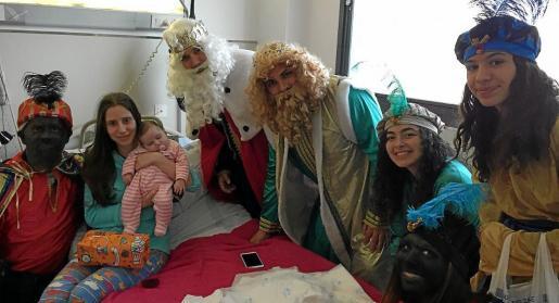 Los Reyes y su séquito visitaron a los pequeños ingresados en el Hospital de Manacor.
