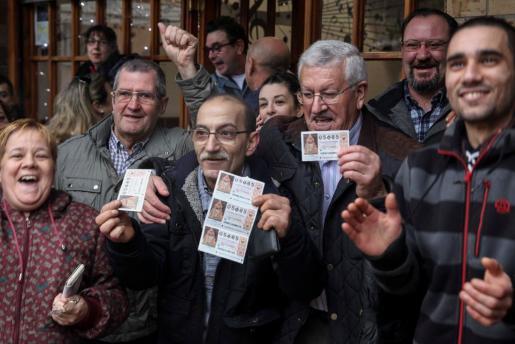 Clientes y dueños del Bar Ziortza en Bilbao celebran el año pasado su suerte en la Lotería del Niño.