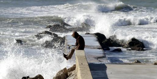 Imagen de un temporal de viento y marejada en el mar en Palma.