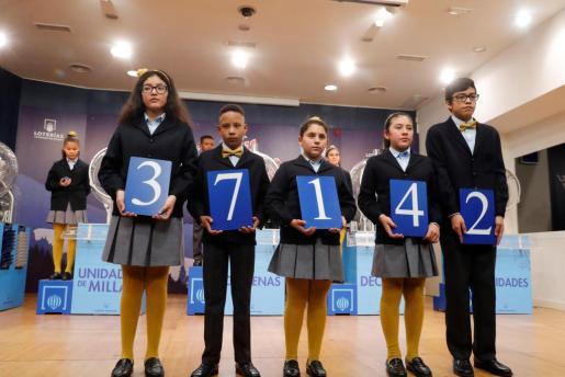 El primer premio del sorteo extraordinario de la lotería del Niño ha recaído en el número 37.142.