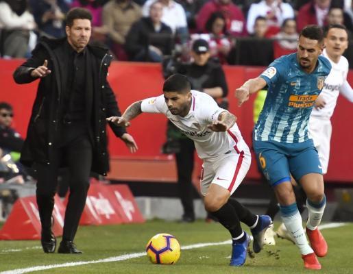 El entrenador del Atlético de Madrid, el argentino Diego Simeone, gesticula ante la jugada del centrocampista argentino del Sevilla FC, Éver Banega, ante el centrocampista del Atlético de Madrid, Koke Resurrección.