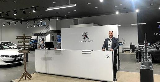 Pedro Llinás, gerente de PSA Retail, en la nueva exposición.
