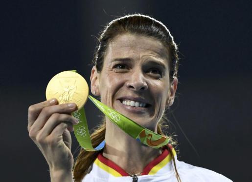 Ruth Beitia muestra su medalla de campeona olímpica de salto de altura.