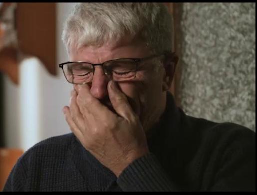 Un hombre llora el expresar su testimonio en el documental 'Terres de fang'.