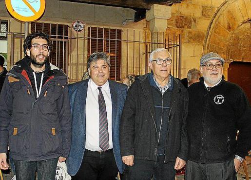 El 'clamater' Bartomeu Mir (segundo por la derecha) dijo estar emocionado por haber sido elegido. Mir posó con Antoni Simó Tomàs, Biel Ferragut y Pep Pons justo antes del Memorial Toni Socias.