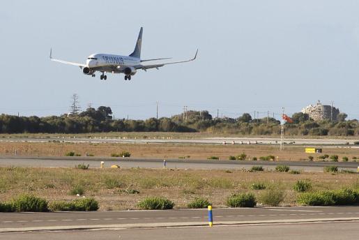 Un avión de la compañía Ryanair aterrizando en Maó.