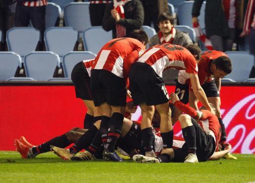 Los jugadores del Athletic de Bilbao celebran el gol de Iñaki Williams, segundo del equipo ante el Celta de Vigo.