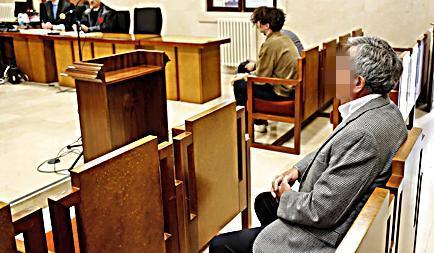 En primer término, la víctima de la agresión. Al fondo, los acusados en el juicio.