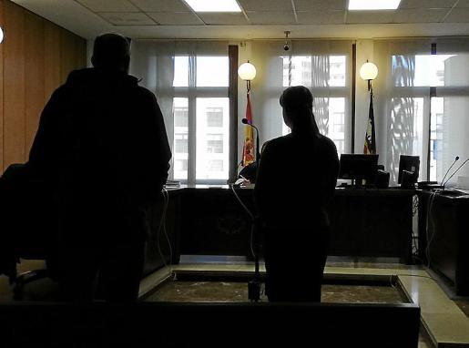 Los acusados de engañar a una anciana con el timo del agua, durante el juicio celebrado este lunes.