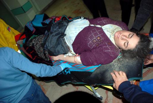 TUR01. ELAZIG (TURQUÍA), 8/3/2010.- Una mujer herida es trasladada al hospital en Elazig, Turquía, después de que un terremoto de 6 grados de magnitud hoy, lunes, 8 de marzo de 2010. El terremoto se ha producido en la provincia oriental turca de Elazig y las últimas informaciones hablan de 41 muertos y 100 heridos. EFE/Emrah Gokmen ***PROHIBIDO SU USO EN TURQUÍA***  TUQUÍA-TERREMOTO