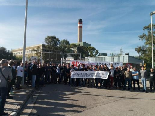 Protesta de los trabajadores de Es Murterar el pasado mes de noviembre a las puertas de la central de Alcúdia.