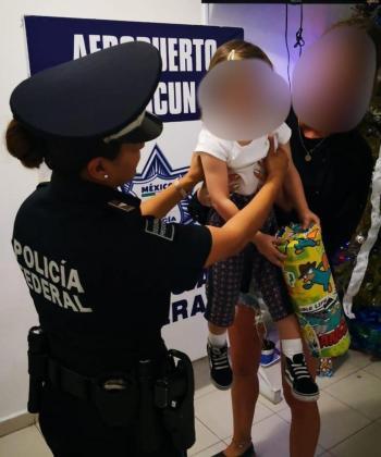 Fotografía cedida por la Policía Federal mexicana de una menor de edad de nacionalidad española que fue rescatada en el Aeropuerto Internacional de Cancún cuando su captora pretendía trasladarla a Turquía.