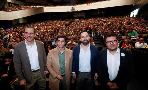 El presidente de Vox, Santiago Abascal (2d), el Secretario General, Javier Ortega Smith (i) y el cabeza de lista por Sevilla Francisco Serrano (d) y el torero Morante de la Puebla (2i) durante un acto en Sevilla.