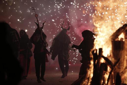 Los Dimonis de sa Pedrera, las Bruixes deMallorca y los Dimonis Trabucats de Can Amunt encienden la noche con un 'correfoc'.