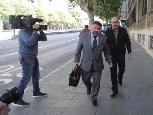 Pablo Escribá a su llegada a los juzgados con su abogado.